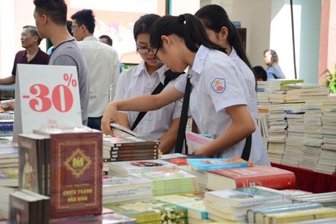 Giới trẻ cũng đã đến từ sớm để chọn mua những cuốn sách mình cần