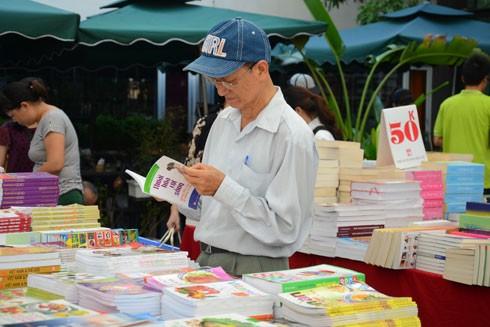 Nhiều người lớn tuổi cũng đến hội sách để tìm những cuốn sách mình yêu thích