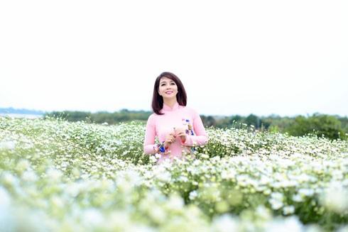 Là người yêu thích các loài hoa, nên bộ ảnh nào của Mai Thu Huyền cũng đẹp như chính loài hoa đó