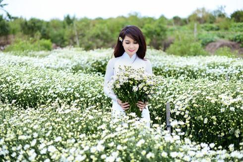 Cũng ở vườn hoa Nhật Tân này, Mai Thu Huyền đã từng thực hiện một bộ ảnh bên hoa đào