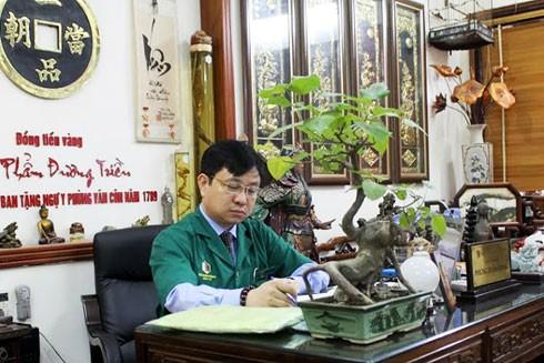 Năm 20 tuổi, ông đã am hiểu về tính dược của hàng trăm loài cây thuốc.