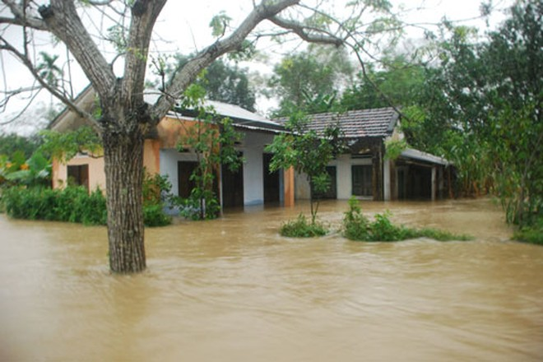 Hàng trăm nhà ở xã Phổ Minh bị ngập lụt