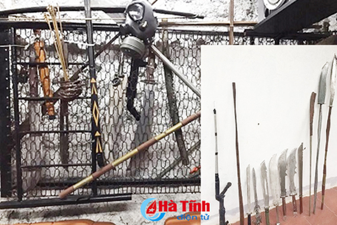 """Các loại đao, kiếm, súng thu giữ tại phòng chuyên """"bay, lắc"""" nhà đối tượng Nguyễn Huy Cảnh"""