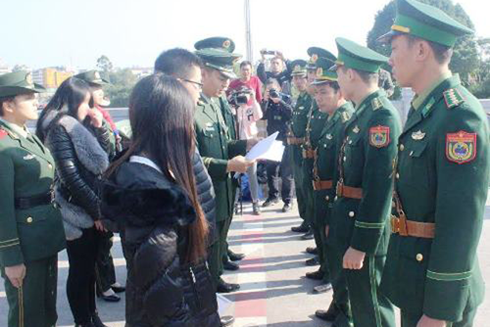 Đồn Biên phòng cửa khẩu quốc tế Móng Cái tiếp nhận thiếu nữ bị bán sang Trung Quốc làm vợ, từ nhà chức trách Trung Quốc