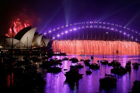 Australia có một màn trình diễn pháo hoa sớm tại Nhà hát Sydney và Cầu Cảng trước thềm giao thừa.