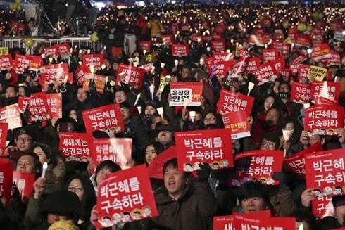 """Người biểu tình giơ khẩu hiệu """"hãy bắt Park Geun-hye"""""""