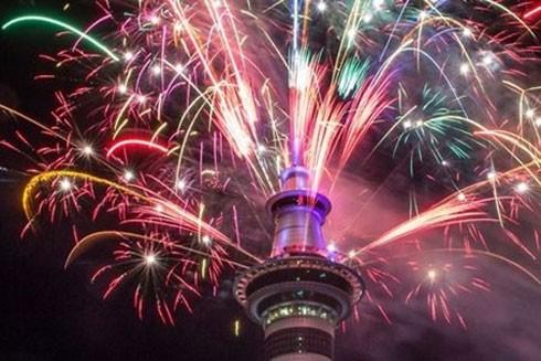 Pháo hoa mừng năm mới từ Sky Tower ở Auckland, New Zealand.