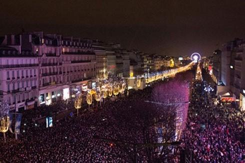 Đám đông đứng chật kín đại lộ danh tiếng Champs-Elysees trong ngày 31-12-2015.