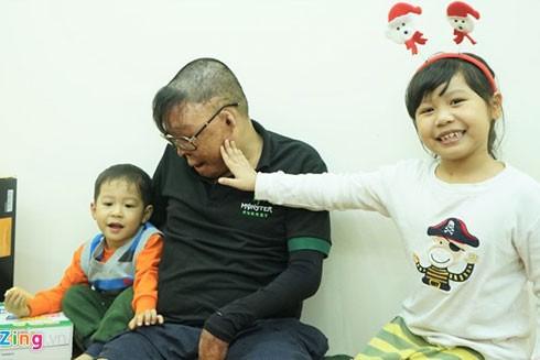 Trải qua 29 tháng điều trị tại Viện Bỏng quốc gia Lê Hữu Trác với 24 cuộc phẫu thuật, thượng úy Dương đã chiến thắng tử thần, trở lại cuộc sống. Suốt thời gian đó, 2 người con Hải Yến (6 tuổi) và Hải Anh (2 tuổi) chính là nguồn động lực giúp anh có niềm tin vào cuộc sống, khao khát khỏe mạnh để trở về với tổ ấm nhỏ.