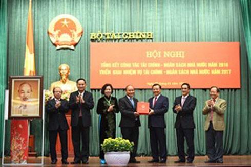 Thủ tướng Nguyễn Xuân Phúc tặng quà lưu niện cho Bộ Tài chính