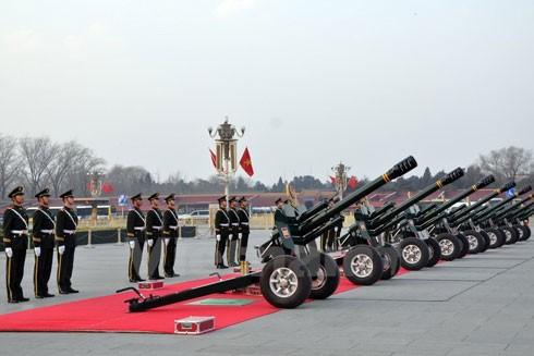 Nghi lễ của Bộ đội Vũ cảnh Trung Quốc trước giờ bắn đại bác