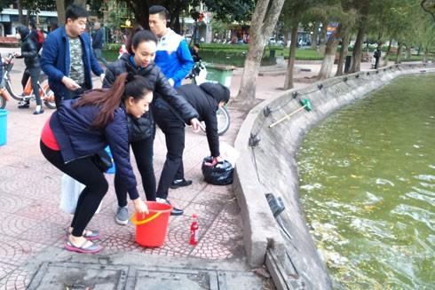 Từ sáng đã có nhiều người mang cá chép đi phóng sinh tại hồ Hoàn Kiếm