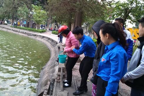 Năm nay, đoàn thanh niên đã túc trực sẵn ở hồ để giúp người dân thả cá, tiễn ông Công ông Táo về trời