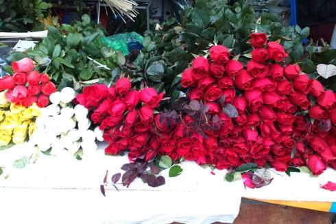 Hoa hồng ngày cận tết giá đắt hơn và dao động từ 80 nghìn một bó đến trên 200 nghìn