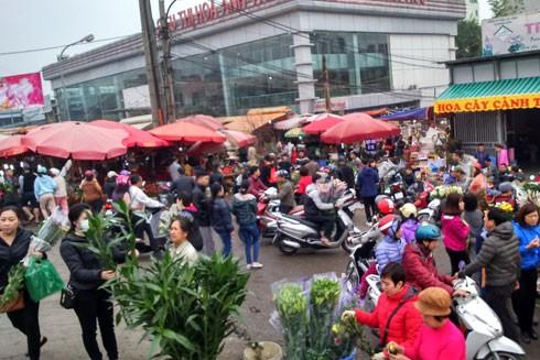 Trước cổng chợ hoa Quảng Bá hàng nghìn người tấp nập mua sắm