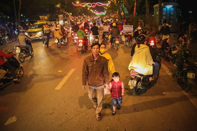 Một gia đình người Huế cùng đi chợ hoa đêm 30 Tết trong dòng người tấp nập
