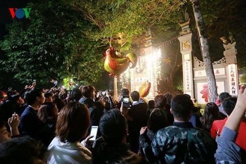 """Không khí nô nức xem """"pháo hoa"""" của người dân trong khoảnh khắc bước sang năm mới Đinh Dậu 2017. Ảnh: VOV"""