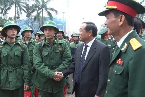 Đồng chí Nguyễn Văn Cao, Chủ tịch UBND tỉnh đến dự, tiễn thanh niên lên đường nhập ngũ