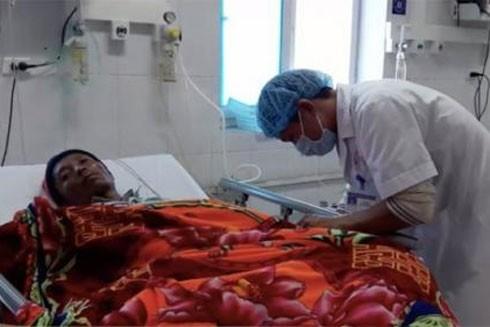 Nạn nhân bị ngộ độc đang được các bác sĩ cấp cứu