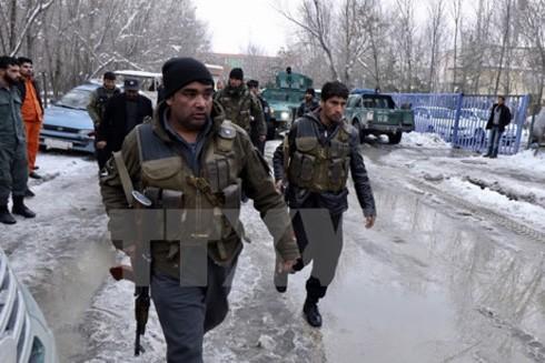 Nhân viên an ninh Afghanistan gác tại hiện trường một vụ đánh bom