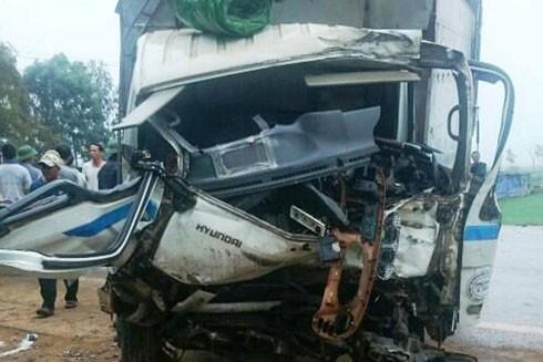 Chiếc xe tải nát bét đầu sau cú va chạm mạnh