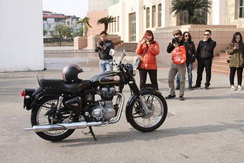 Chiếc xe của nhạc sĩ Trần Lập luôn là tâm điểm chú ý của mọi người.