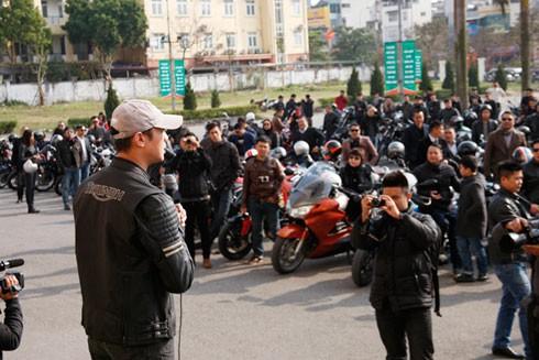 MC Anh Tuấn phổ biến lộ trình diễu hành đồng thời cảm ơn các biker đã nhiệt liệt hưởng ứng lời kêu gọi của anh.