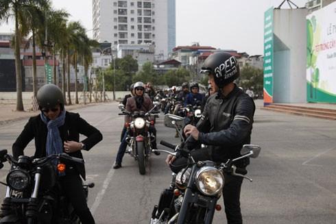 Đúng 9h, đoàn diễu hành xuất phát khỏi Cung thể thao Quần Ngựa.