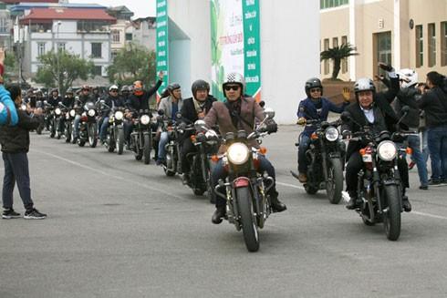 Các biker đi theo hàng đôi trong suốt buổi diễu hành.