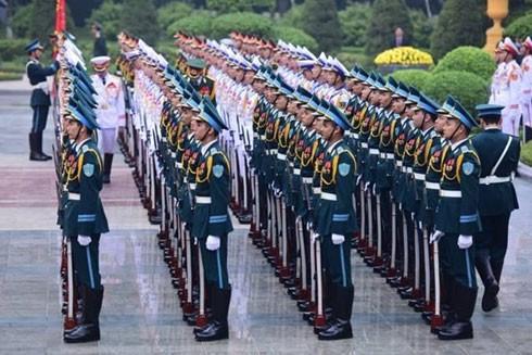 Đội danh dự vào vị trí, chuẩn bị cho lễ đón Nhà vua và Hoàng hậu Nhật Bản.