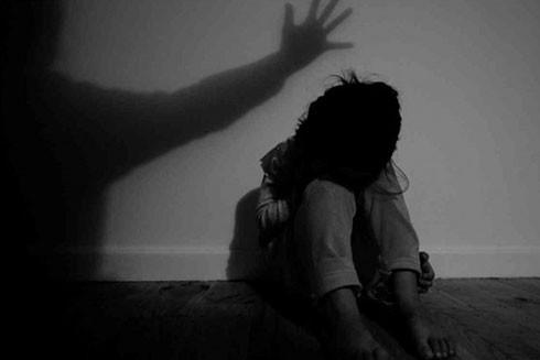 Không riêng gì Việt Nam, vấn nạn lạm dụng tình dục trẻ em xảy ra ở khắp mọi nơi trên thế giới. Tại nhiều nước, các tổ chức xã hội được lập ra để giúp đỡ gia đình và nạn nhân bị xâm hại tình dục.