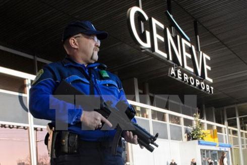 Cảnh sát Thụy Sĩ tuần tra tại sân bay
