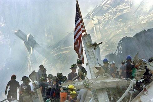 Nhân viên cứu hộ nỗ lực tìm kiếm các nạn nhân mắc kẹt dưới những đống đổ nát tại Trung tâm Thương mại Thế giới ở New York, Mỹ