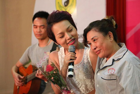 Ca sĩ Thái Thùy Linh trong một chương trình Mang âm nhạc đến bệnh viện