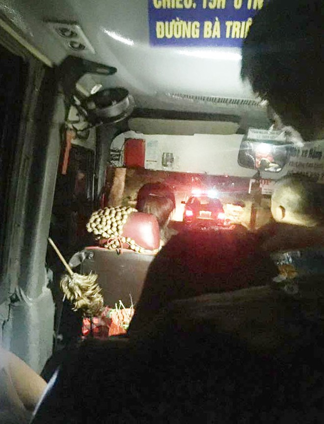Hình ảnh chiếc xe khách được xe chuyên dụng của CSGT dẫn đường