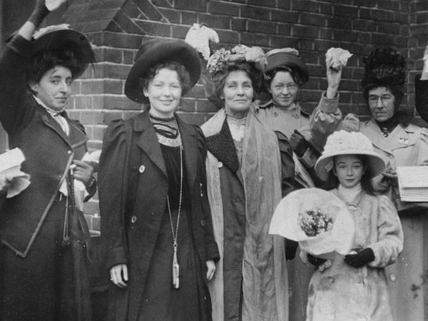 Bà Pankhurst (đứng giữa) và con gái Christabel Harriette (thứ hai từ trái sang) được những người ủng hộ chào đón sau khi được tự do vào năm 1908.