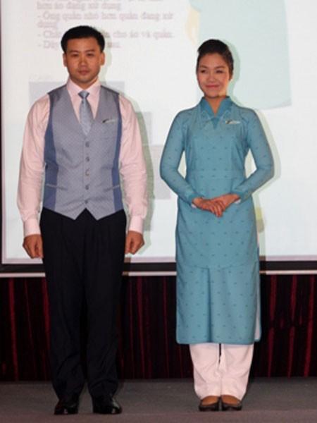 Đồng phục mới của nam và nữ tiếp viên Vietnam Airlines Đồng phục của nữ tiếp viên khoang thương gia có màu vàng... ...và màu xanh là đồng phục của tiếp viên khoang thường