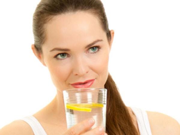 Lý do bạn nên uống nước chanh ấm với mật ong vào buổi sáng ảnh 1