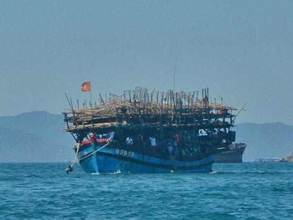 Tàu QNa 95959TS được lai dắt vào cảng Nha Trang