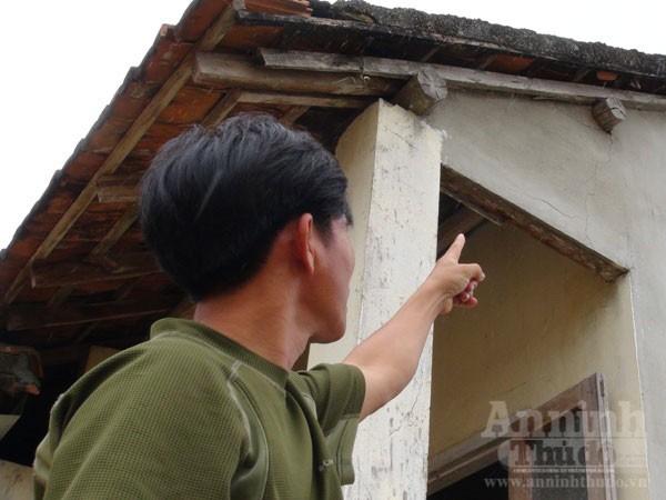 Anh Phan Tấn Quang chỉ loạt vết nứt trên tường nhà do vụ nổ mìn gây ra