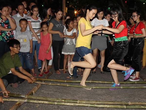 Trò chơi nhảy sạp Nam thanh niên hào hứng với màn trình diễn hiphop