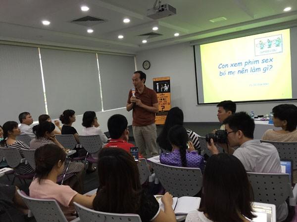 PGS-TS Lê Văn Hảo đang trả lời những câu hỏi của bậc phụ huynh