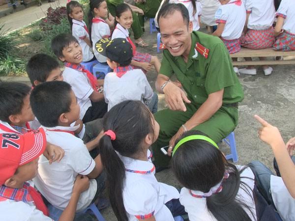 Mang niềm vui đến với học sinh khó khăn, vươn lên trong học tập ảnh 3