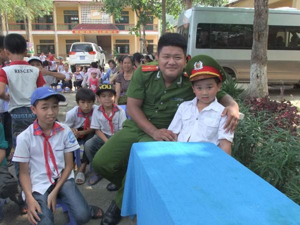 Mang niềm vui đến với học sinh khó khăn, vươn lên trong học tập ảnh 4