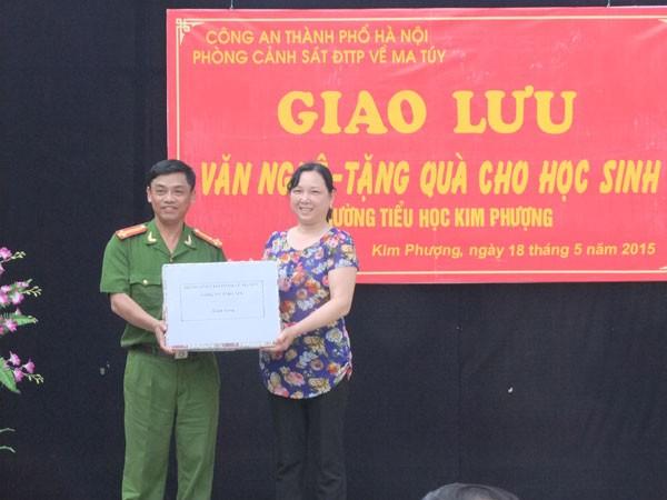 Thượng tá Vũ Khang và cô Nguyễn Thị Văn- Hiệu trưởng trường tiểu học Kim Phượng
