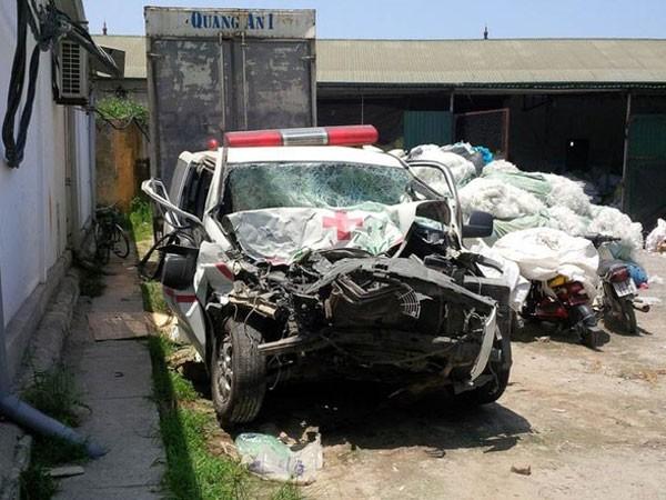 Xe cứu thương đâm vào đuôi xe container, 3 người thiệt mạng ảnh 1