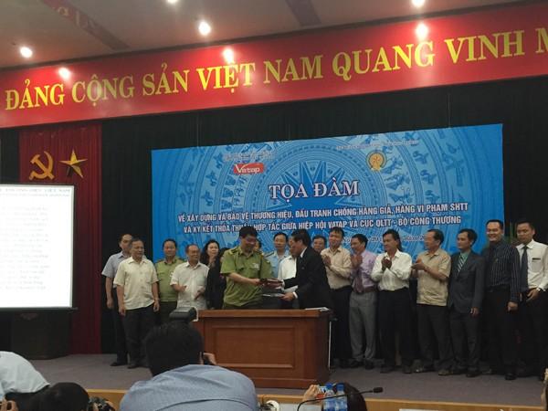 Đại diện Cục Quản lý thị trường và Hiệp hội VATAP ký kết thỏa thuận hợp tác
