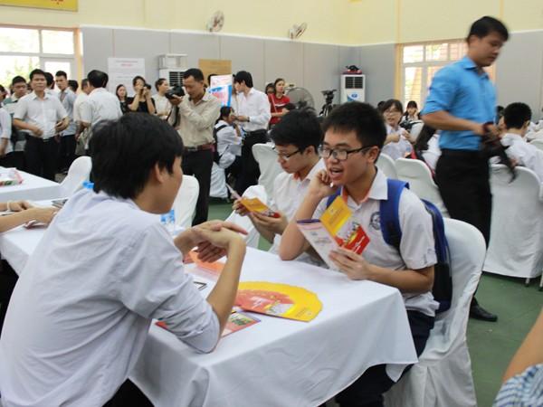 Ngày hội việc làm thu hút sự chú ý của khá đông học sinh, sinh viên Ban tổ chức đi thăm quan các bàn tuyển dụng