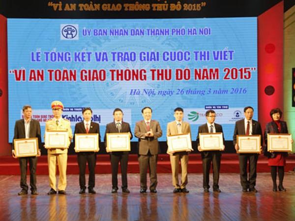 Phó Chủ tịch UBND TP Hà Nội Nguyễn Thế Hùng trao Bằng khen cho các đơn vị có thành tích đóng góp cho cuộc thi