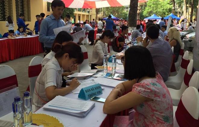 Các ứng viên được hướng dẫn ghi thông tin tuyển dụng